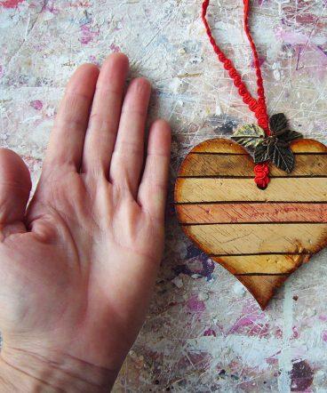 corazones envejecidos en madera natural tintada