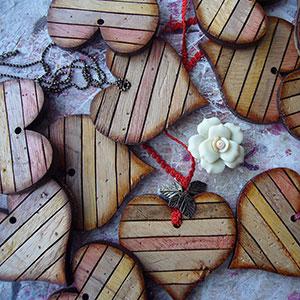 corazones-de-madera-artesanos Colgantes, corazones y llaveros exclusivos Uncategorized