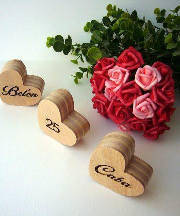corazones grabados de madera maciza personalizados
