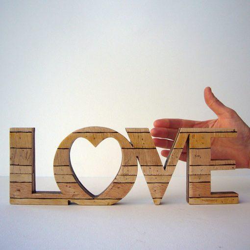 love retro de madera con corazon