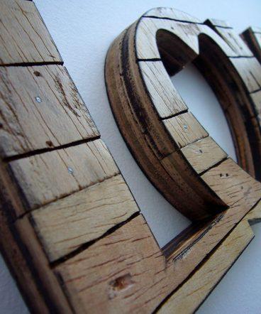 love retro hecho con madera al natural reciclada