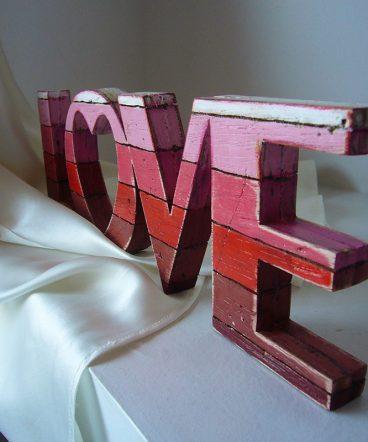 love rojo de madera envejecido