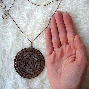 mandala-de-madera-colgante Colgantes, corazones y llaveros exclusivos Uncategorized