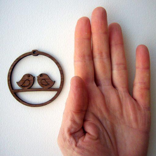 colgante de madera circular con pajaritos enamorados