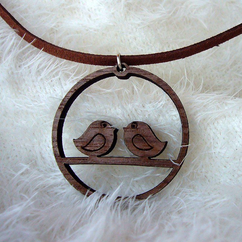 colgante en madera con parejita de enamorados