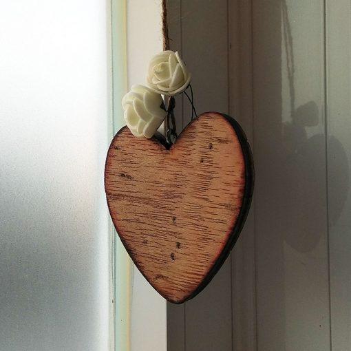corazones de madera con flor