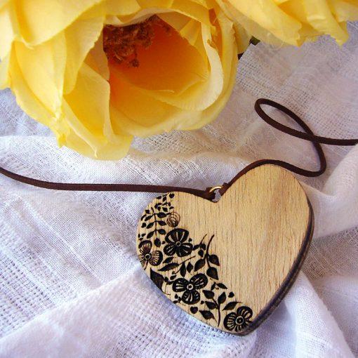 corazones colgante de maderacon con flores grabadas