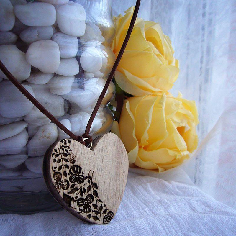 corazones colgante de madera artesanles