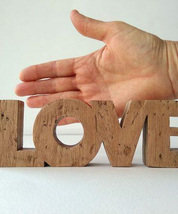 love de madera pequeño envejecido
