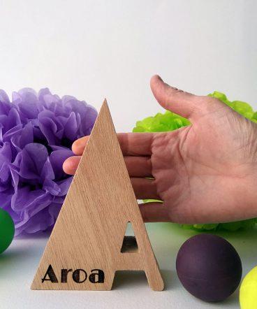 letra a de madera con aroa