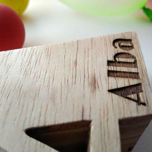 detalle de letra de madera personalizada