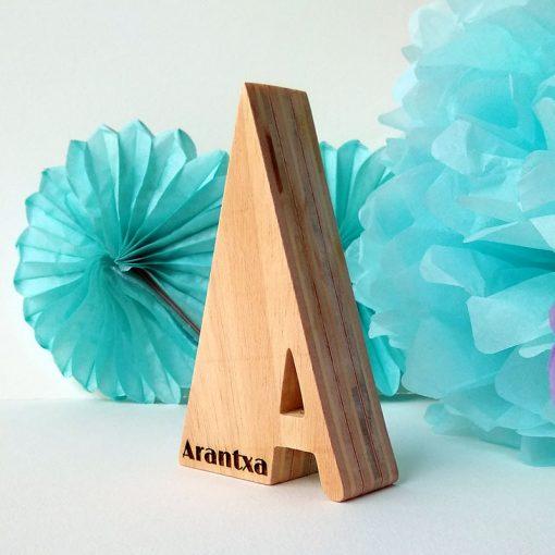 arantxa grabado en letra a de madera