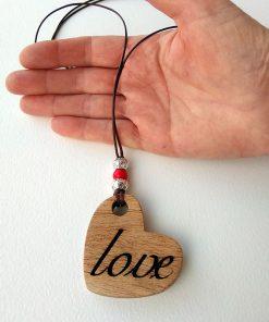 corazon de madera con love