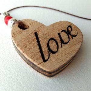 corazon de madera grabado con love