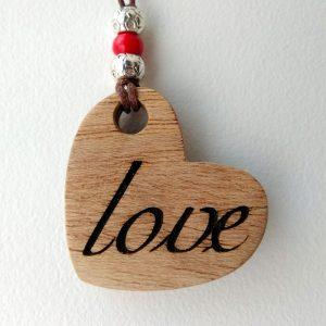 corazón de madera con love