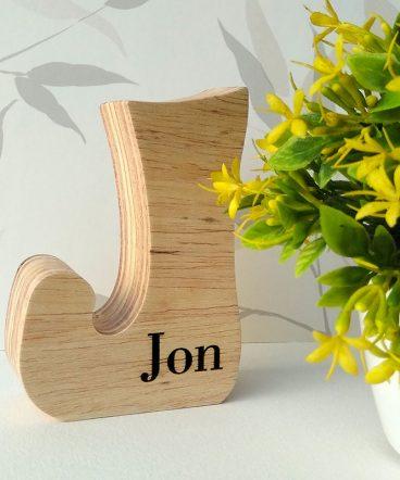jon grabado en letra j de madera