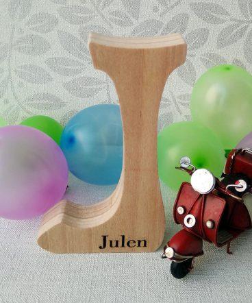 julen grabado en letra j de madera