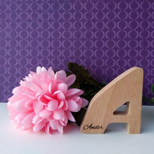 letra a de madera con ander