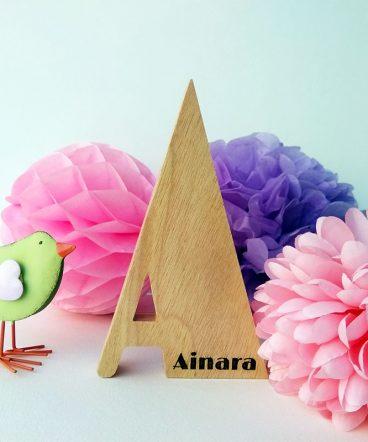 letra a grabada con el nombre de ainara