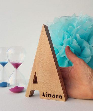 letra a de madera con nombre ainara