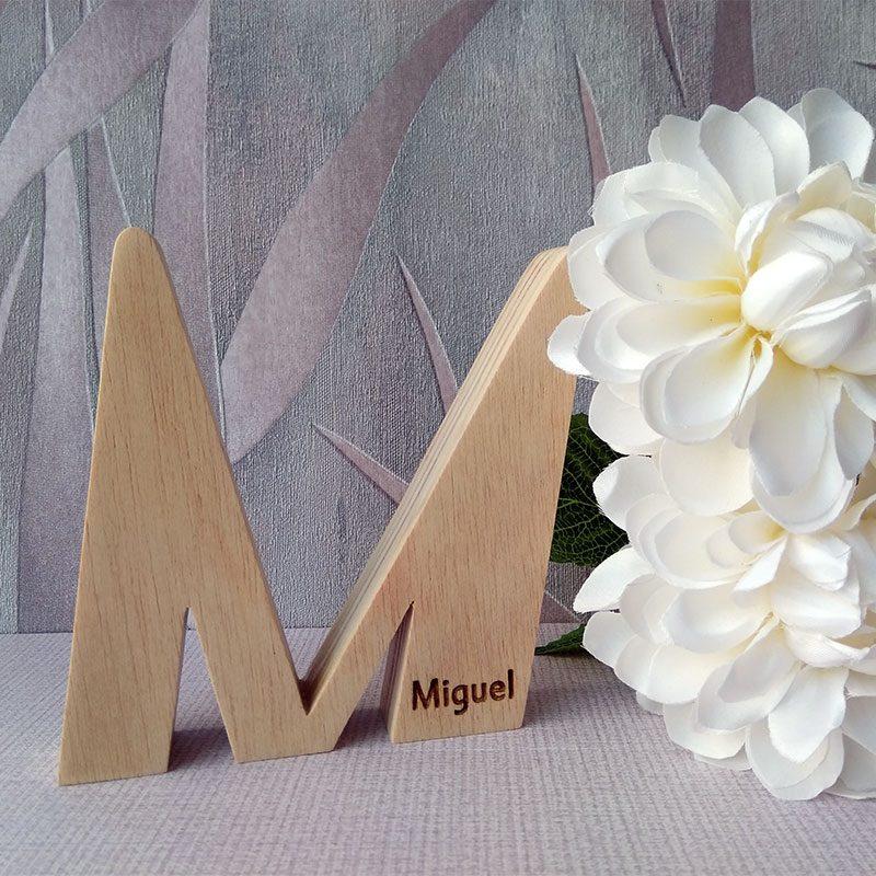 letra m grabada con nombre miguel