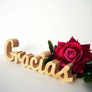 Gracias-madera-y-rosas-rojas-1 Galería 4