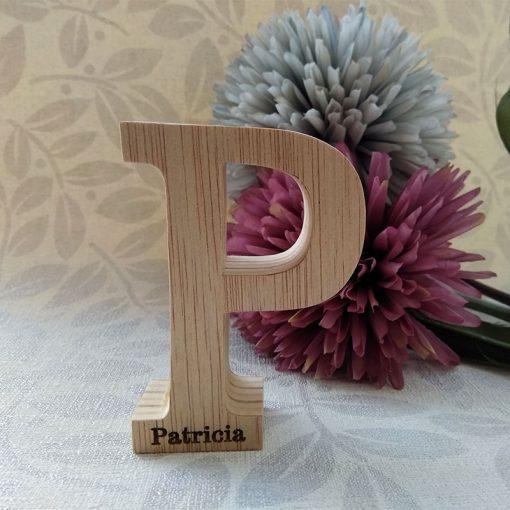letra p de madera con nombre