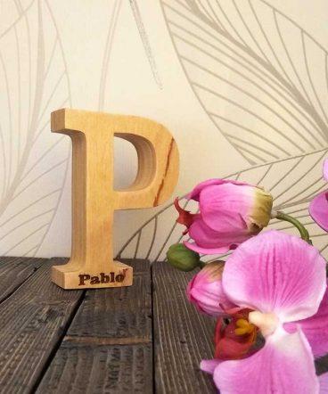 pablo grabado en letra p de madera maciza